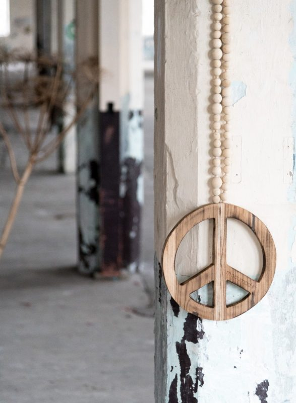 woonketting peace teken, houten peace teken, peace teken woonketting, woonketting peace sign, houten peace sign, wooden peace sign