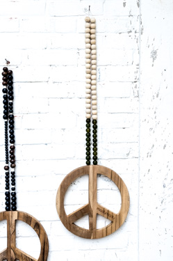 woonketting, woonketting madumadu, peace teken madumadu, houten peace teken, wooden peace sign, peace sign madumadu, wallhanging madumadu